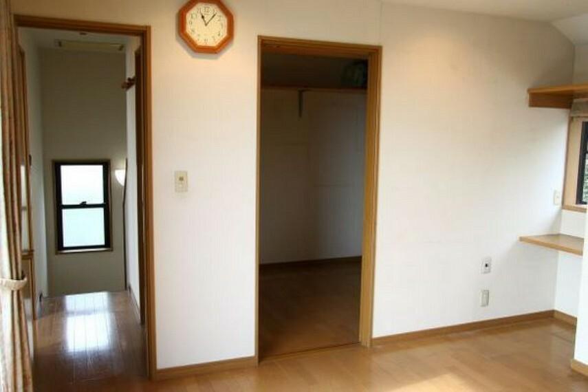 収納 室内には納戸の入り口もあります。 季節ごとの入れ替えに便利で、廊下からの出入りも可能な回遊性のある収納です。