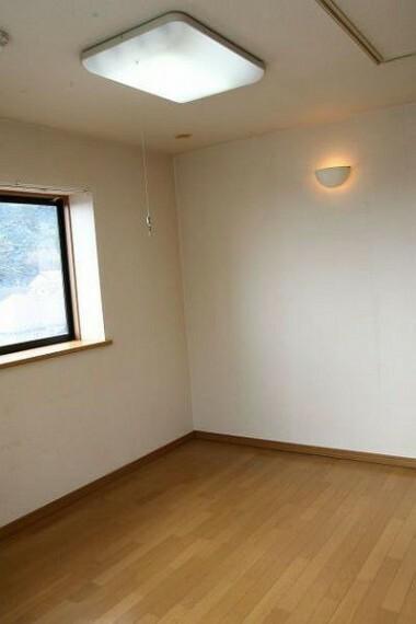 洋室 各居室は二方向に採光がされるよう窓を配置しております。 明るく過ごせる毎日が心地よく。
