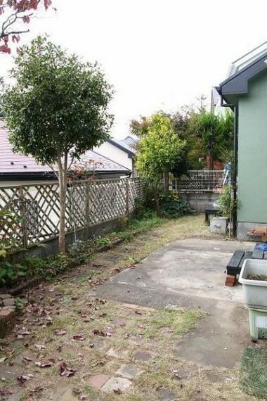 庭 (向きを変えて)北西側から南西側に見た庭