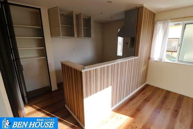 キッチン キッチン収納 ・パントリーとして大変重宝する収納ございます ・吊戸棚も使用頻度の少ないものや、軽いものの収納に大変便利です ・収納が豊富でどちらのスペースもスッキリと利用できます