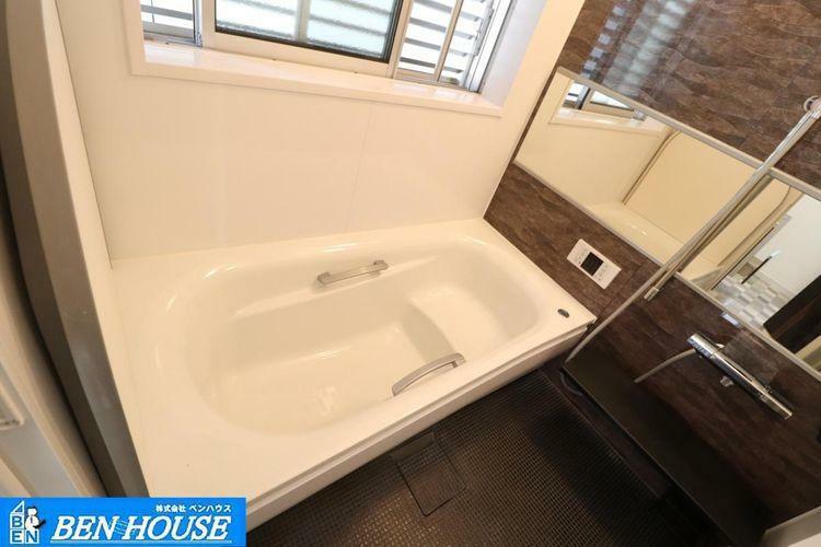 浴室 浴室 ・浴室乾燥機は湿気を排除し、カビ防止に大活躍。寒い冬のヒートショック対策にも! ・窓もあり、風通しもバッチリ。カビも防げますね。 ・充実の仕様・設備は是非とも現地でお確かめください。