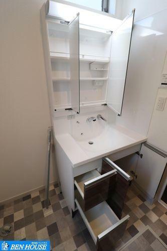 洗面化粧台 ご家族の1日が始まり、1日が終わりを締めくくる洗面空間。快適に過ごせることはもちろん、気品や優雅さを兼ね備えたパウダールームです。洗濯機を配置しても十分なスペースを確保した設計となっております。