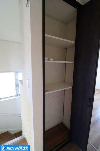 収納 廊下収納 ・居室だけでなく、玄関スペースや廊下にも収納ございます ・収納豊富な居室は不必要な家具を置く必要がなく、広くお使いになれます。お部屋の整理も楽々ですね ・是非ご確認ください