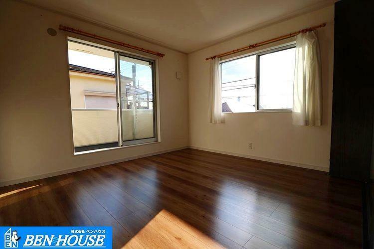 洋室 ・各居室収納完備でどちらのお部屋もスッキリと利用できます ・全室二面の採光があり、気持ちの良い風の通り抜ける居心地の良い居室。 ・いつでも換気できます ・是非 ご確認ください
