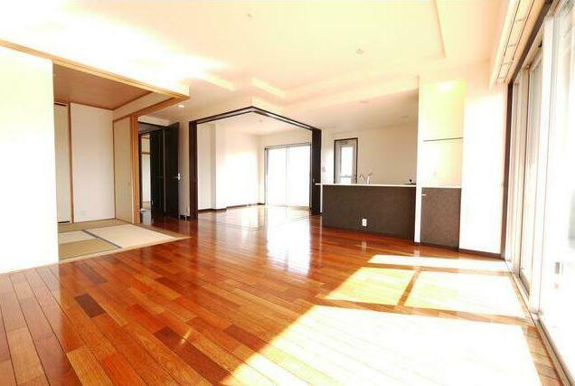 居間・リビング 和室の扉を開けてLDKとつなげると開放的な空間に。