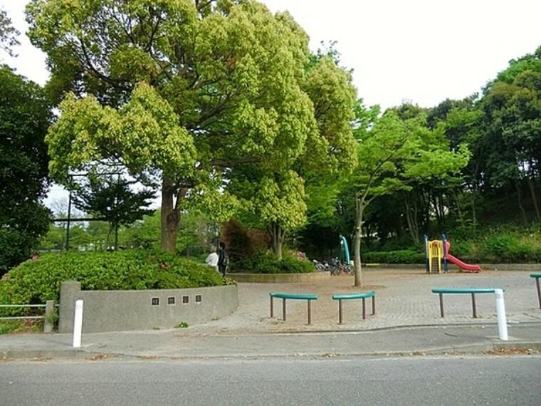 公園 桂台公園 水飲み、ベンチ、トイレ、砂場、健康遊具、ブランコ、鉄棒があります。
