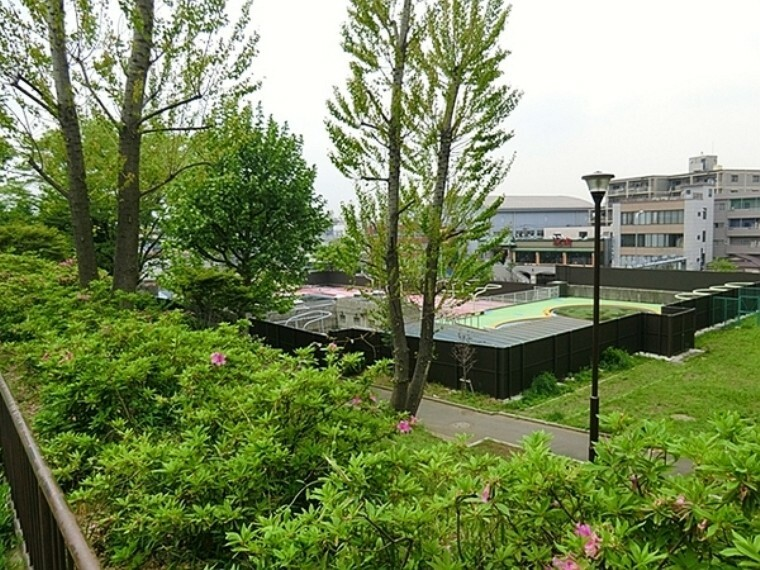 公園 入江町公園 公園入り口に日よけのあるベンチがあるのでママはそこで子どもを見ながら休めます。春には桜が咲くので芝生でお花見ができます。