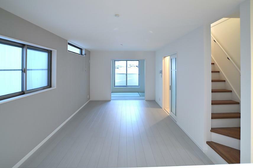 洋室 ゆとりあるリビングは、ご家族と過ごす時間を大切にする方にはぴったり住空間となることでしょう。