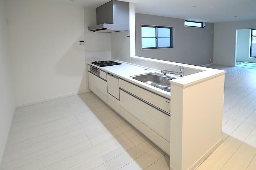 キッチン ガラストップコンロに食洗器も搭載したキッチンを採用。