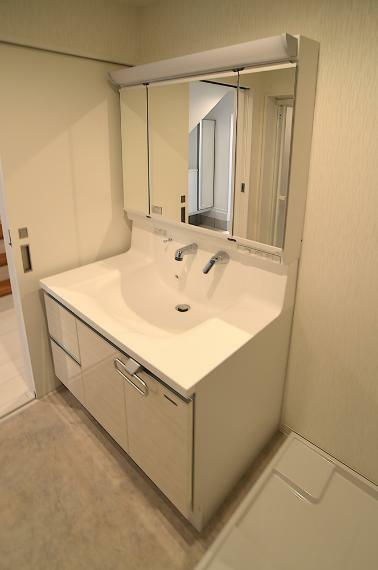 洗面化粧台 洗面台には人造大理石製の「ハイバックカウンター」を使用。 収納が豊富なのもオススメの1つです。