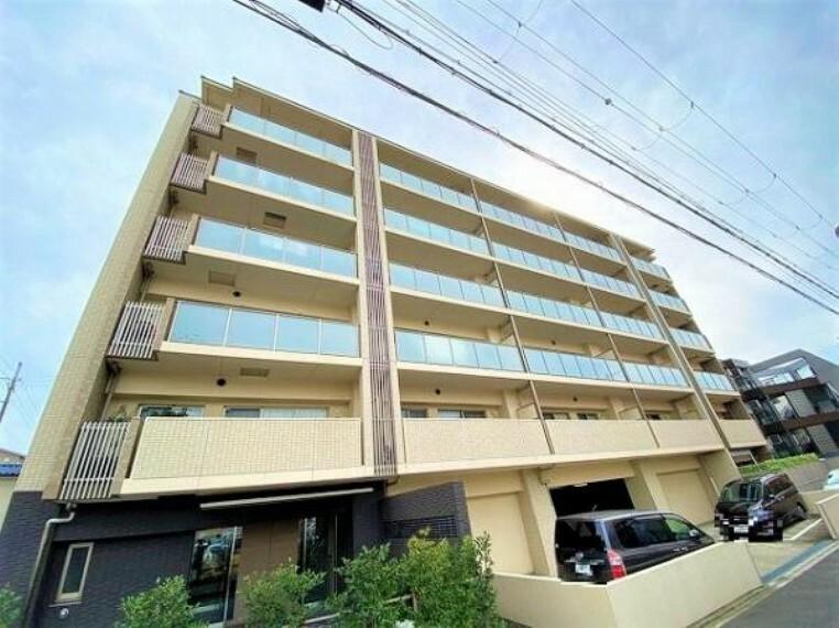 外観写真 6階建ての1階部分です