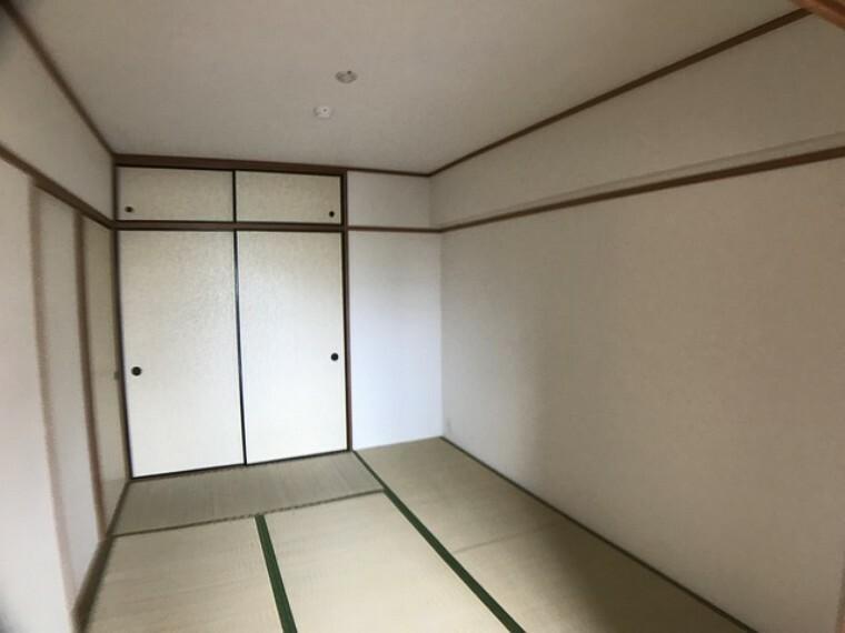 居間・リビング 6帖の和室です。廊下からも出入りできるので客間としても重宝しそうです。押入れは布団や季節家電、使用頻度の少ない物などの収納に活躍しますね^^