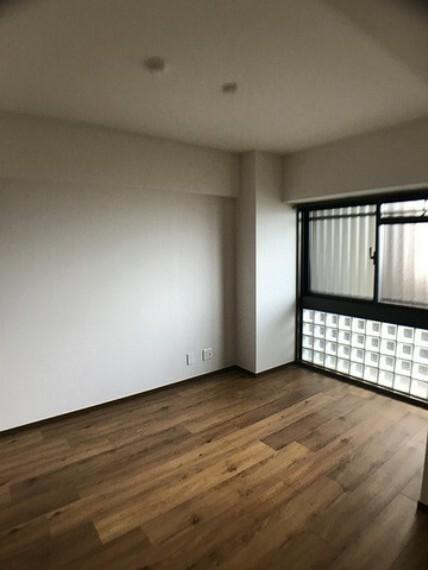 寝室 5.4帖の洋室です。ダークブラウンの床色は空間を引き締めてくれる効果があり、落ち着きを出すのにも向いています^^