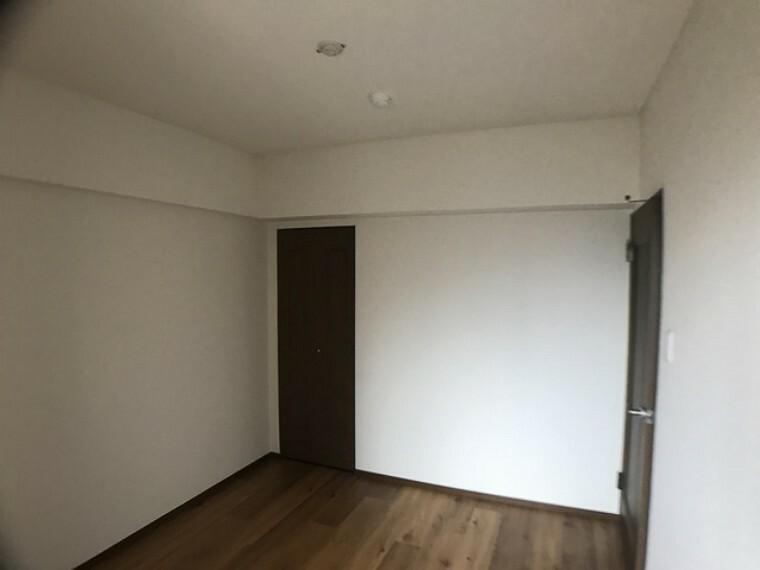 寝室 5.2帖の洋室です。クローゼットも付いております。部屋作りを考えるとワクワクしますね^^