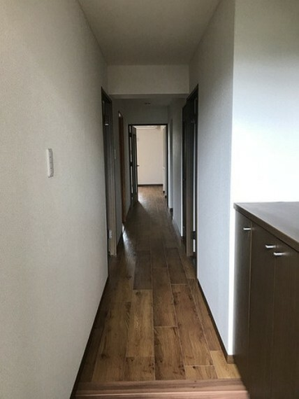 玄関からの眺めです^^玄関は十分なスペースがあり、シューズボックスも付いております。