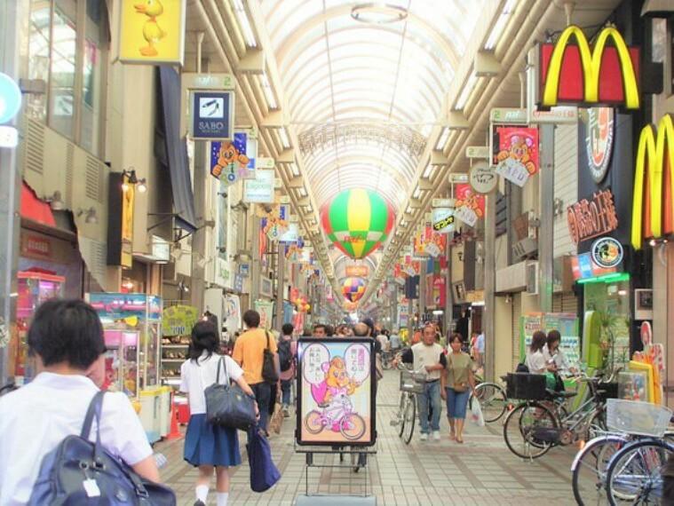 ショッピングセンター 駅前は商業施設も豊富で、おしゃれな雰囲気が漂います。