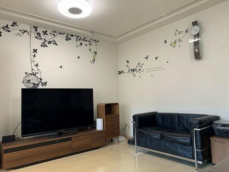 居間・リビング 約21.3帖の広々LDKです。LD部分には床暖房付! 3LDK→2LDKに間取り変更し、ゆとりのある間取り仕様となっております。