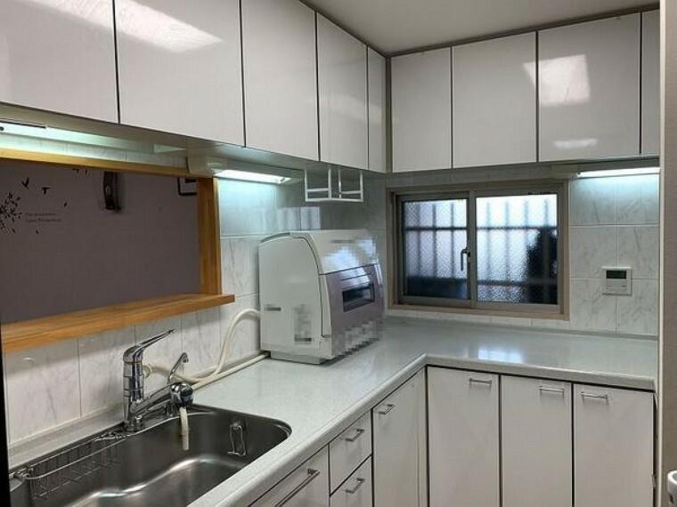 キッチン 調理スペースの広い『コの字』型キッチン・収納スペースも多く小物の多いキッチンもすっきりご使用いただけます!