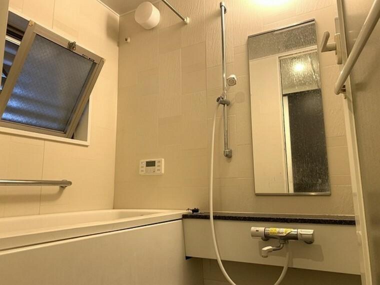 浴室 マンションでは数の少ない窓付バスルームです!換気効率の良い設計となっております