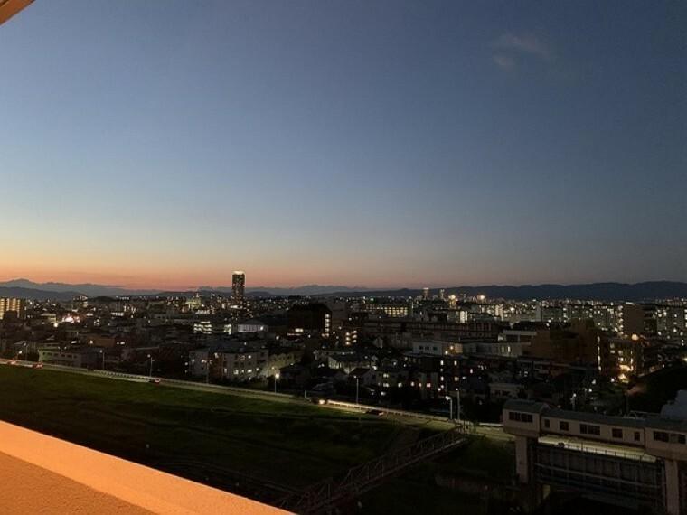 眺望 バルコニーからの眺望です。最上階・南向き!夕暮れ時には素敵なロケーションが広がります。
