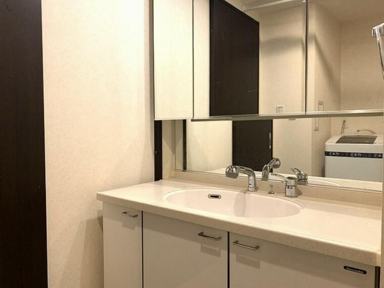 洗面化粧台 3面鏡付きの独立洗面台です。