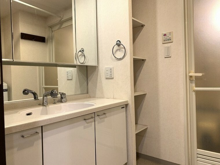 洗面化粧台 サイドには可動棚付きでリネンの収納などにも役立ちます!