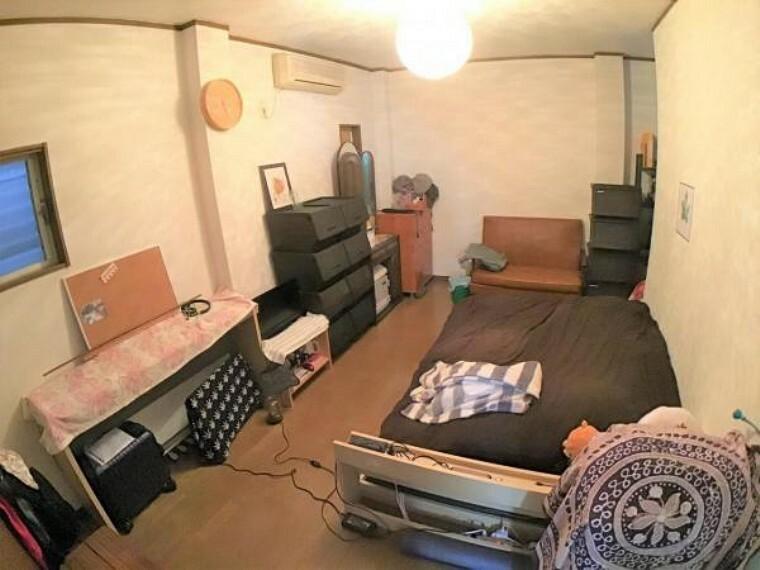 寝室 3階の8.7帖の洋室は主寝室としてはいかがでしょうかか。収納も充実しています。