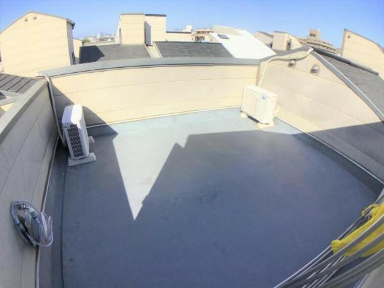 バルコニー 屋上のルーフバルコニーは広さもタップリあり明るいです。天気の良い日はBBQなどいかがですか?