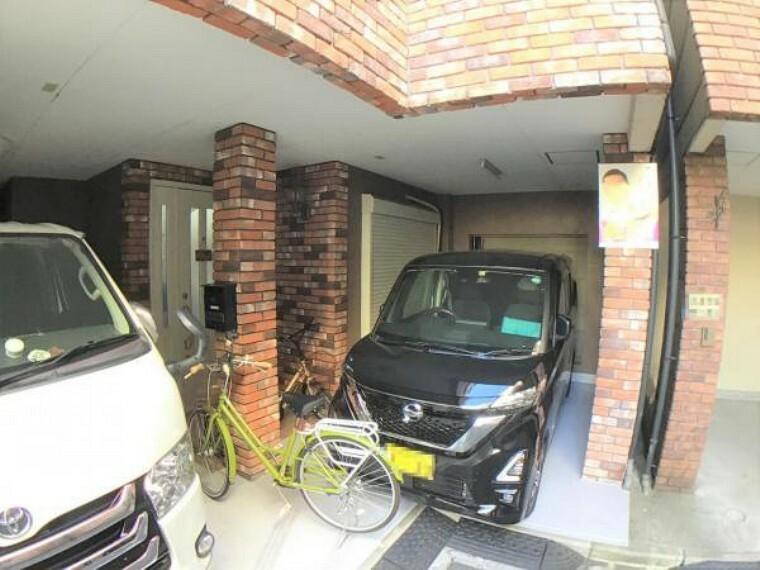 駐車場 片側にワンボックスタイプ。もう片側に軽自動車の組み合わせもピッタリ