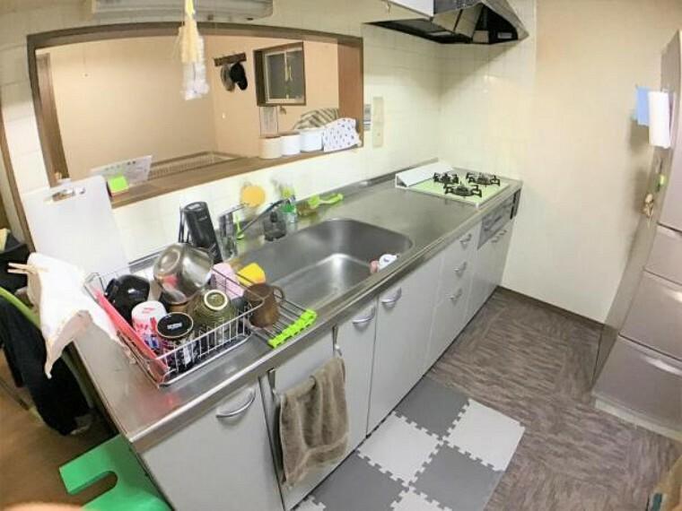 キッチン 対面型のキッチンでリビングにいる家族と会話が楽しめます。
