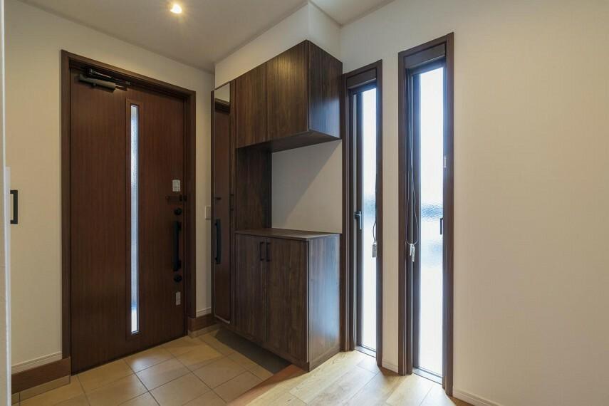 玄関 玄関収納のほか、階段下収納や上着をかけられるクローゼットも完備!
