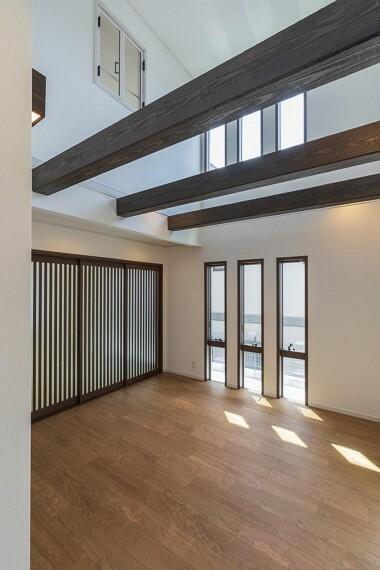 居間・リビング 柔らかく光を取り入れるデザインの引戸で和室とリビングを仕切ることができます。