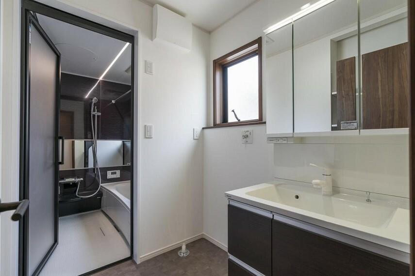 洗面化粧台 浴室扉はお手入れ楽ちんな開き戸仕様!折り戸よりも指を挟める危険性がグッと減ります!