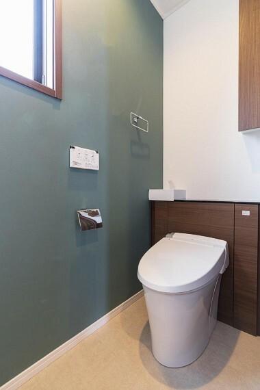 トイレ タンクを隠し、空間をスッキリさせるだけでなく、手洗器や収納まで兼ね備えた素敵なトイレです!
