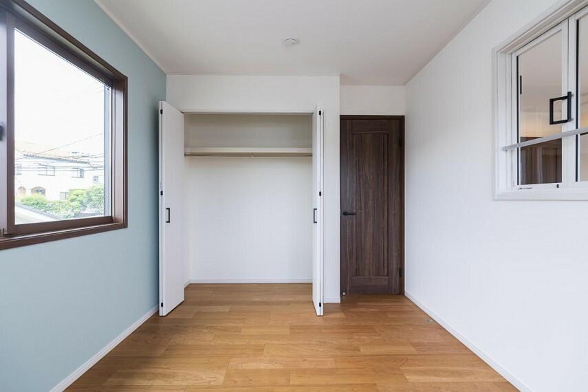 吹抜室内窓は、自室にいてもリビングにいる家族を近くに感じられますね!!