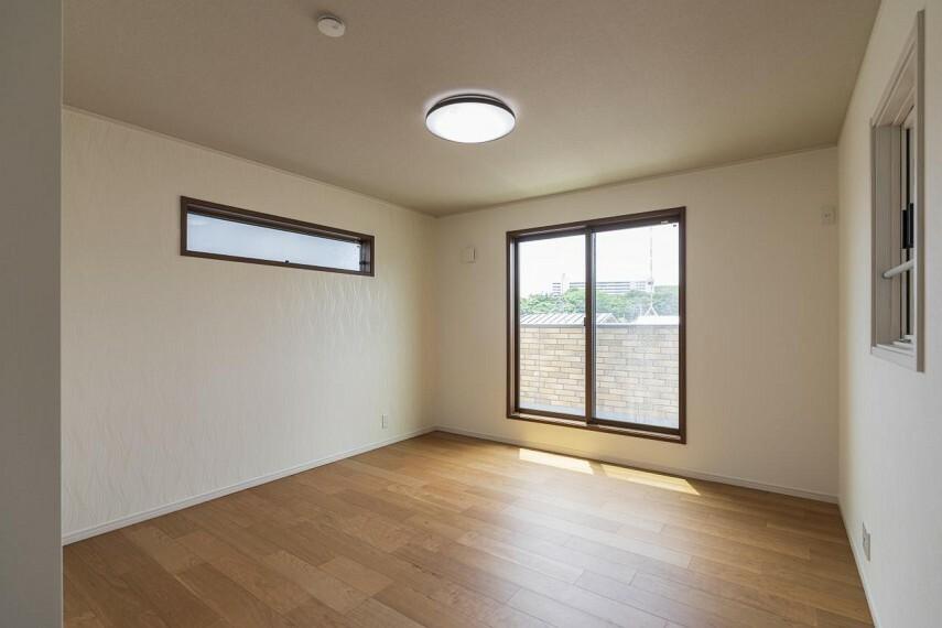 主寝室には高い位置に窓があり、さり気なく朝だということを知らせてくれます。