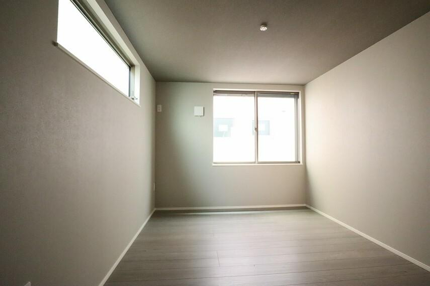 洋室 洋室  6.0帖の2面採光のお部屋は明るく風通しが良いです  収納もしっかり出来ますよ!