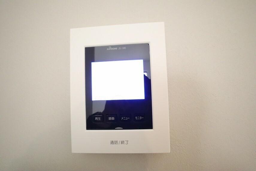 防犯設備 カラーモニタ付インターホン  不在時の訪問は自動で録画されます。 訪問者の顔が確認できるのでお子様の留守番にも安心です