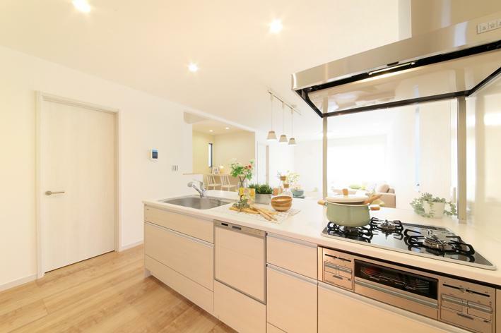 キッチン No.1 キッチン写真 調理スペースが広いオープンタイプのキッチン。リビング・ダイニング、そしてスタディコーナーへも目線を届けられます。(食器洗浄乾燥機・ガラストップコンロ標準装備)