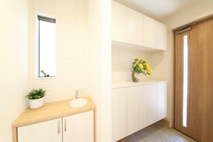 玄関 No.1 玄関写真 シューズボックスの他に手洗いコーナーも設置。