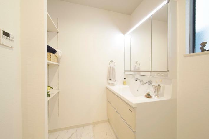 洗面化粧台 No.1 洗面室写真 収納棚も標準装備。タオルや洗面道具などの片付けも便利です。