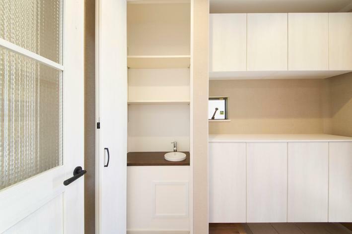 玄関 No.2 玄関写真 玄関に手洗いと棚を一体化した開閉タイプのスペースがあります。