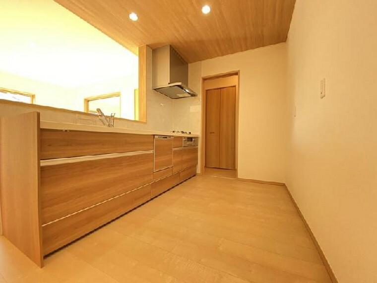 栃木市大平町下皆川D号棟 キッチン・・・システムキッチンにはキャビネットが豊富。鍋、フライパン、食器など収納できます。食後の片付けの時短になる食洗機もついています。