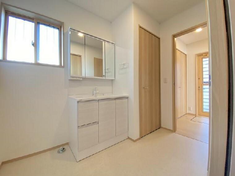 栃木市大平町下皆川D号棟 洗面・・・使い勝手の良さとお手入れのしやすさを取り入れた洗面ドレッシングです。三面鏡の後ろは収納スペースになっています。