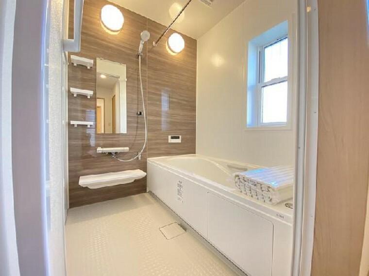 栃木市大平町下皆川D号棟 浴室・・・お風呂が好きになるバスルーム。半身浴のできるエコベンチ浴槽。カウンターもついて洗面器をおくことができます。換気乾燥暖房機もついているので換気は勿論、洗濯物を乾かすこともできます。
