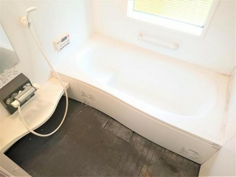 浴室 【リフォーム前】1坪サイズのユニットバスなので足を伸ばしてゆっくりお風呂につかれますね。クリーニング&コーティングでキレイにします。