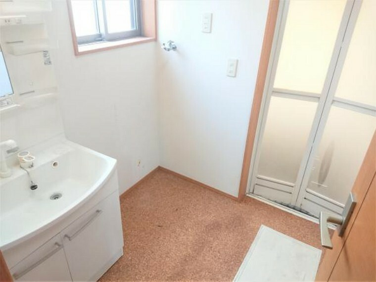 脱衣場 【リフォーム前】洗面所です。床はクッションフロアを張替えます。