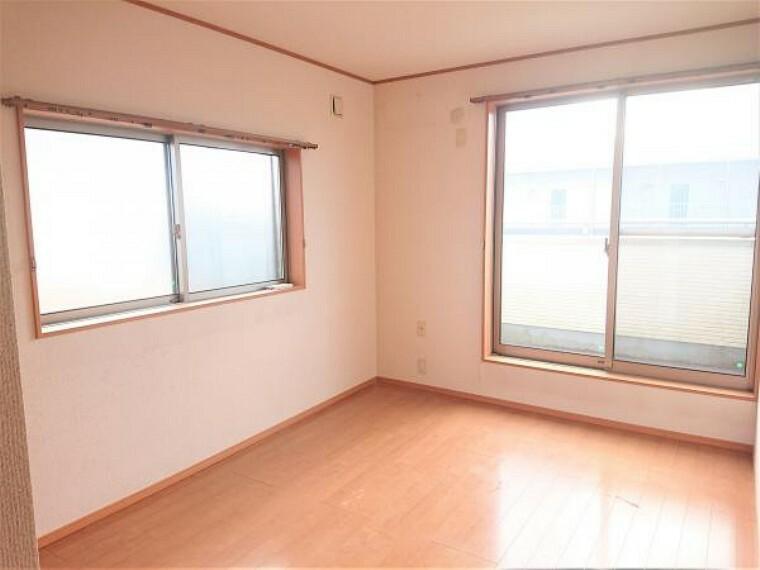 洋室 【リフォーム前】南東側洋室の写真です。床はワックスクリーニングで仕上げます。2階各居室に収納があるため、季節物などすっきりとしまうことができて便利ですね。