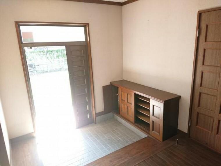 玄関 【リフォーム中】玄関ホールはクロス、フローリングの張替をします。2段型のシューズボックスを新設するので、普段から玄関をキレイにお使いいただけます。急な来客時も安心ですね。