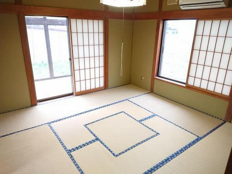 和室 【リフォーム中】約9帖の和室は畳の表替え、クロスの張替をします。南側の庭との間にウッドデッキを造作するため、サンダルを置いておけば、和室から裸足のまま外に出て、庭のお手入れができますね。